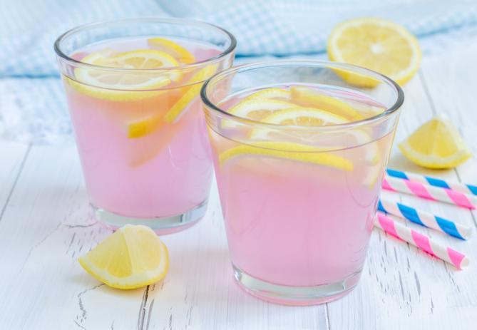 Ružičasta limunada osvaja bojom i okusom: Recept koji ce vam svi tražiti!