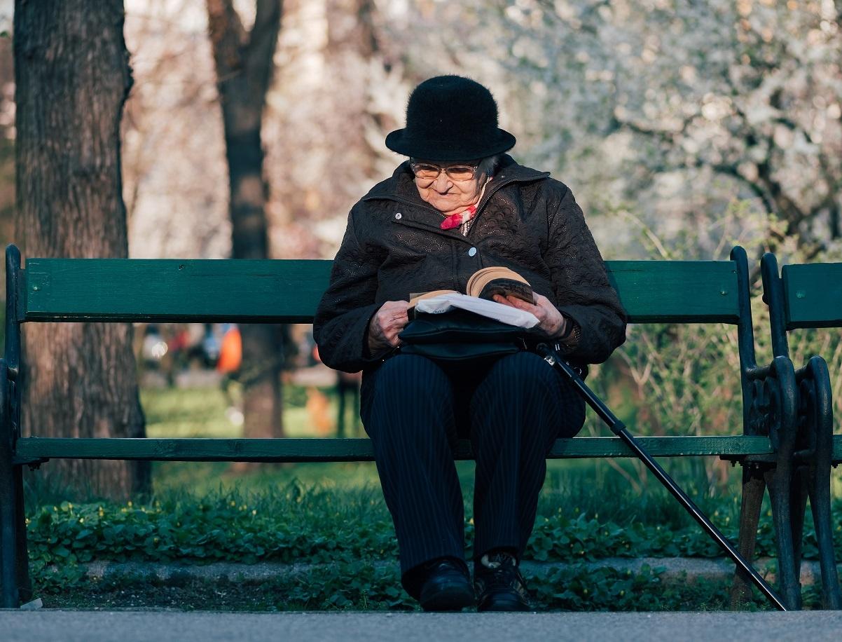 Mudrost jedne starice: Sve više čitam knjige i sve manje brišem prašinu…