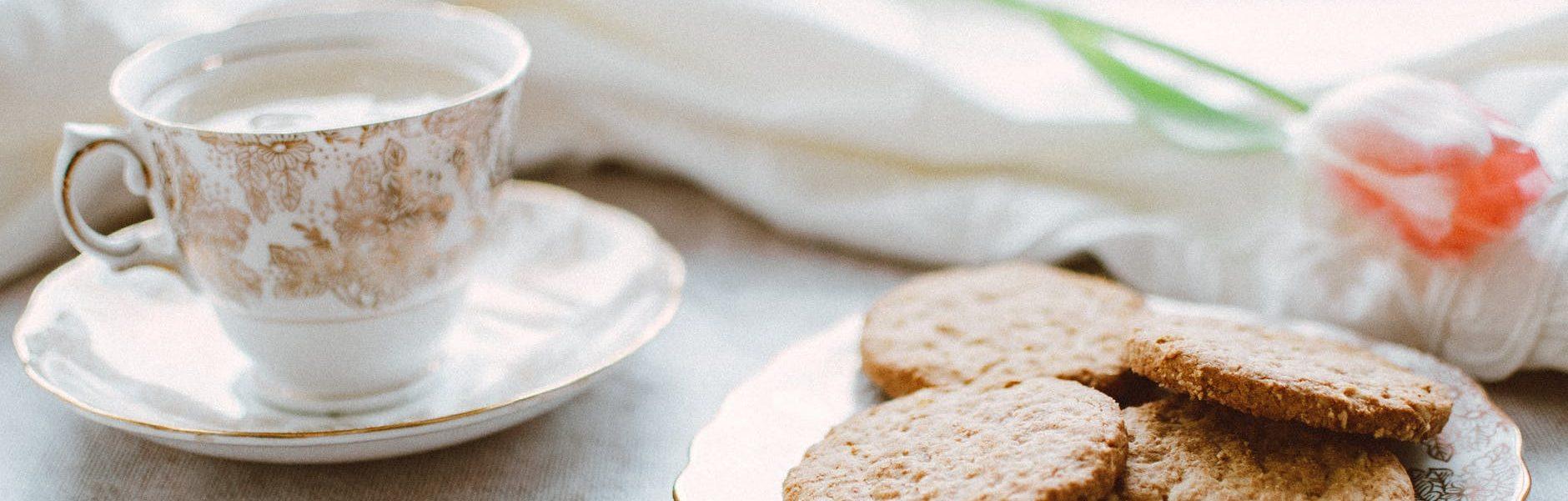 Sastojci: 125 grama glatkog brašna 1 žličica cimeta na vrh žličicee muškatnog oraščića Pola praška za pecivo Prstohvat soli 115 grama omekšalog maslaca 50 grama tamnog šećera 60 grama meda 1 jaje žličica ekstrakta od vanilije 100-120 grama naribanih jabuka (malo veća jabuka ili 2 manje) 70-80 grama zobenih pahuljica Priprema: Suhe sastojke pomiješajte (brašno, cimet, oraščići, prašak za pecivo i sol) Maslac sobne temperature miksajte sa šećerom i medom minutu, pa ubacite jaje i vaniliju i mutite još minutu. Dodajte suhe sastojke i sjednite mikserom. Na kraju lagano umiješajte naribane jabuke, a nakon toga i zobene pahuljice. Bilo bi dobro da smjesa odstoji pola sata. Upalite pećnicu na 175 Celzijusa i obložite jedan pleh papirom za pečenje. Žličicom uzimajte komadiće tijesta, veličine oraha i slažite na pleh. Pecite 15-20 minuta, dok ne dobiju lijepu smećkastu boju.