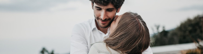 Najbolji datumi za ljubav u ožujku, Budi s muškarcem koji se može nositi sa svim ovim! , Brak nije samo papir brak ste vi..., Čuvajte ljude koje volite, nemojte ih izgubiti zbog jeftinih stvari! | Ostalo Podijeli na Facebook Tweet Nemojte da se sutra kajete zbog jednog nerazumnog hira, jedne pogrešno protumačene riječi, jednog površnog osjećaja kojega ne možete razumjeti. Čuvajte ljude koje volite kao što biste čuvali sebe. Budite prema njima ljubazni, otvoreni i iskreni ne pretvarajući se da ste nešto što niste, ne dodavajući sebi neku umišljenu veličinu, ne davajući obećanja koja nećete ispuniti. Čuvajte ljude koje volite, ne treba vam mnogo iskustva da shvatite da ne zaslužuju svi da uđu u vaš život. Većina je njih tu da vas iscijedi i ogoli do srži, da uzme ono što će im biti od koristi i odmakne se. Nemojte u takve ulagati mnogo emocija, mnogo će vas boljeti kada otiđu ti ljudi u prolazu. Nije svaki čovjek koji sa smiješkom ulazi u vaš život čovjek s dobrim namjerama, mnogo je tu glumaca koji prodaju neke stvari i trebat će vam vremena da otkrijete o čemu se radi. Čuvajte ljude koje volite, koji će osmijehom prekriti vaše suze i pokazati vam da postoji nada usprkos svemu, ljude koji su praznik za dušu i djeluju na nju kao najbolji melem, ljude s kojima je tišina tako glasna i koji vas neće ostaviti kada vam je najteže. Čuvajte ljude koji se za vas bore i kada nitko nije na vašoj strani, ljude koji se ne razmeću nekim velikim riječima o prijateljstvu ali zato pokazuju da su oni na koje se uvijek može osloniti. Čuvajte te drage i dobre ljude kao najveće blago, jer jednom kada ih izgubite ništa više neće moći nadomjestiti tu prazninu. Nikakvi drugi ljudi neće moći stati na njihovo mjesto jer vrijednost tih ljudi ostaje nezamjenjiva. Vrijeme će pokazati koji su to ljudi, a koji su samo glumci, živote teškoće će iskristalizirati stvari da će vam sve biti jasno. Prokockati tu priliku znači prokockati život, mudri budite, život ne daju drugu priliku. Mario Žuvela Izvo
