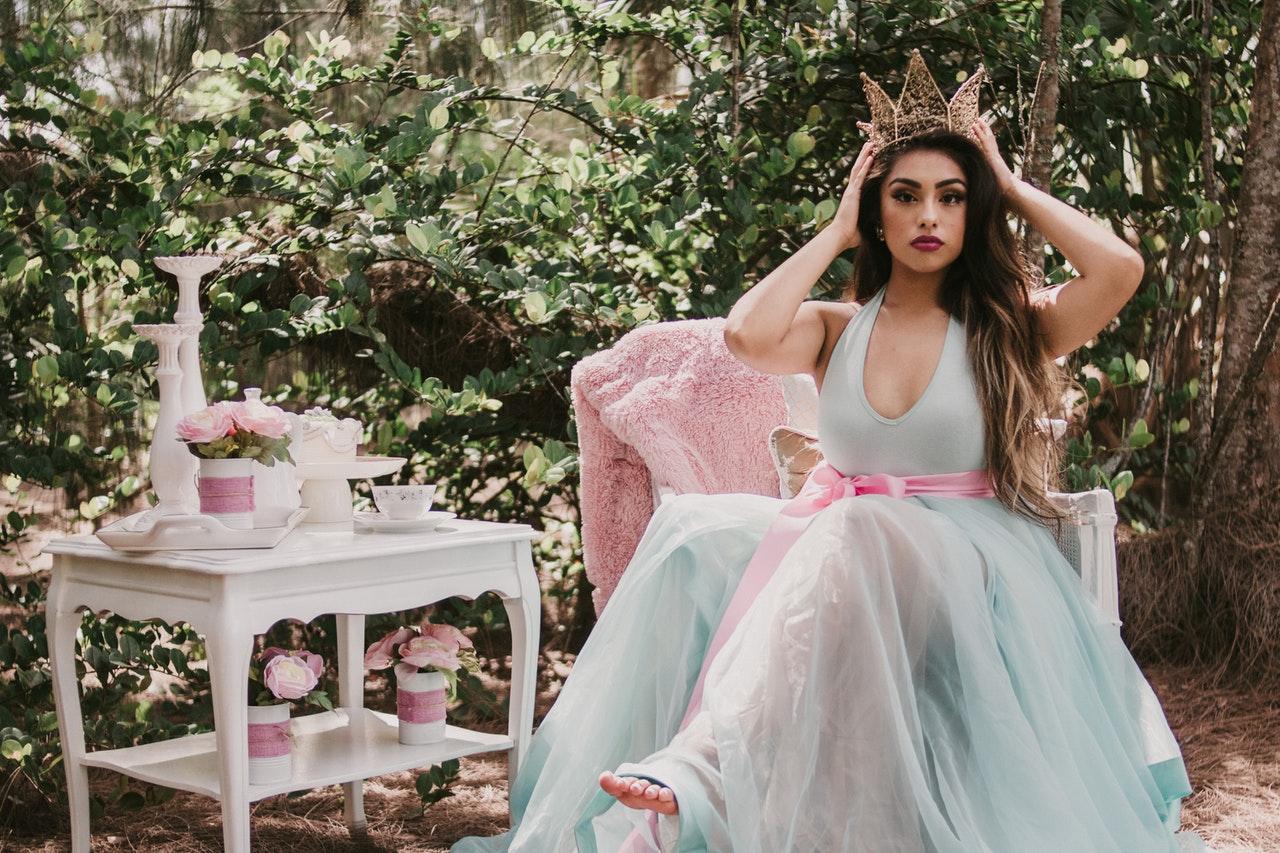 Stručnjakinja otkriva: kako se ponašati kao da ste dama plemićkog roda?